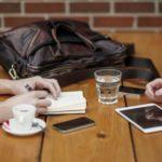 Tafel met attributen om te werken. Voor blog over de beste werkgevers.
