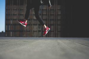 Benen met sportschoenen om vitaliteit uit te stralen