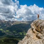 Vrouw boven op een berg verbeeldt succes